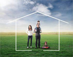 Rodina na lúke s obrázkom domu